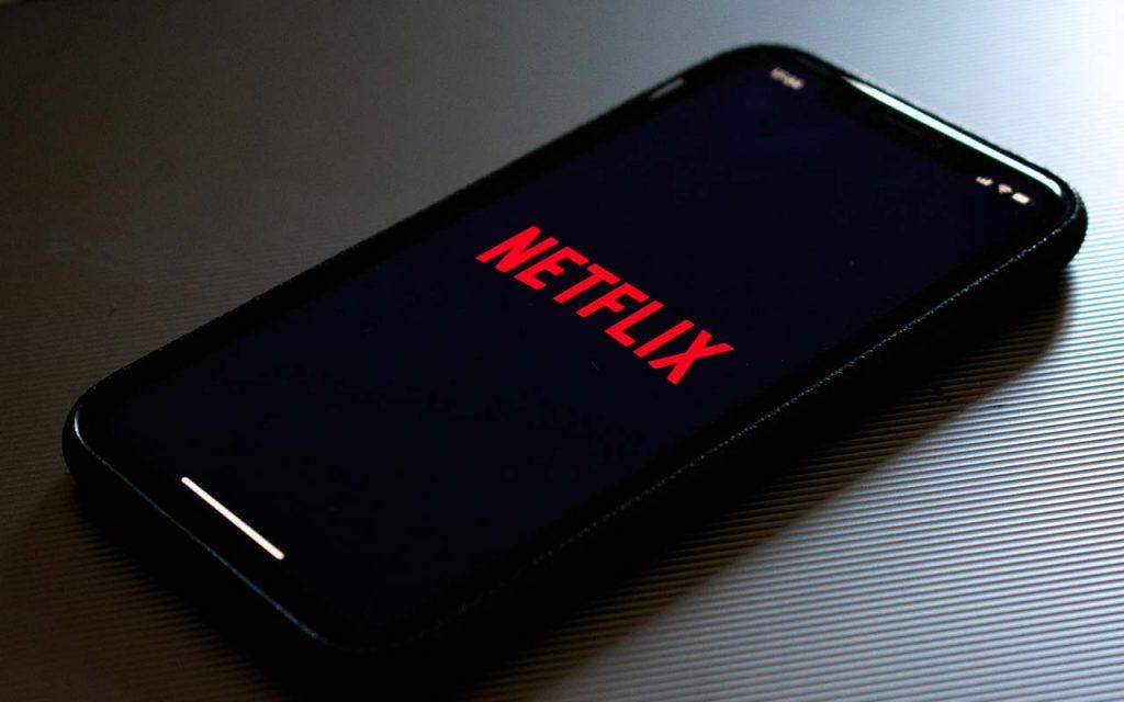 Verveling onderweg tegengaan Netflix op je telefoon